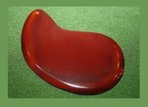 Скребок из сердолика для проведения косметической процедуры гуаша. в форме капли