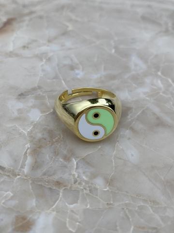 Кольцо Инь и Янь из серебра, белая и зеленая эмаль