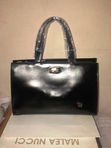Черная сумка в классическом стиле
