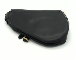 Сумка-клатч оригинальной формы,с дизайнерским ремнем.