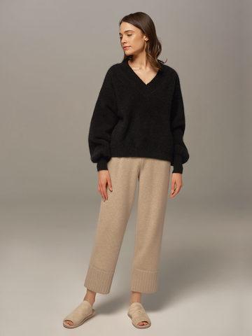 Женский джемпер черного цвета из ангоры с объемными рукавами  - фото 6