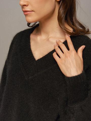 Женский джемпер черного цвета из ангоры с объемными рукавами  - фото 4