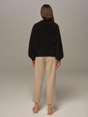 Женский джемпер черного цвета из ангоры с объемными рукавами  - фото 5
