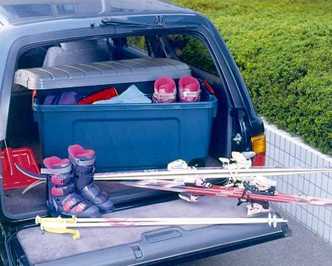 Экспедиционный ящик на колёсах IRIS RV Box 1000, в багажнике внедорожника.