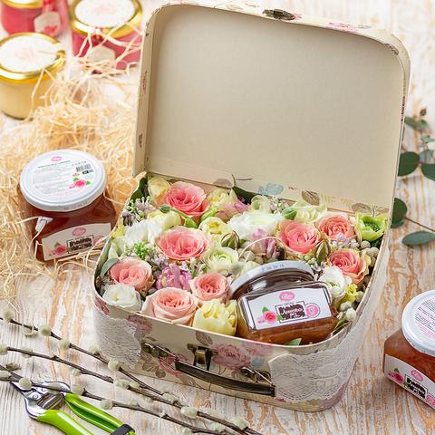 Чемоданчик с вареньем из лепестков роз и цветами (25х20см)