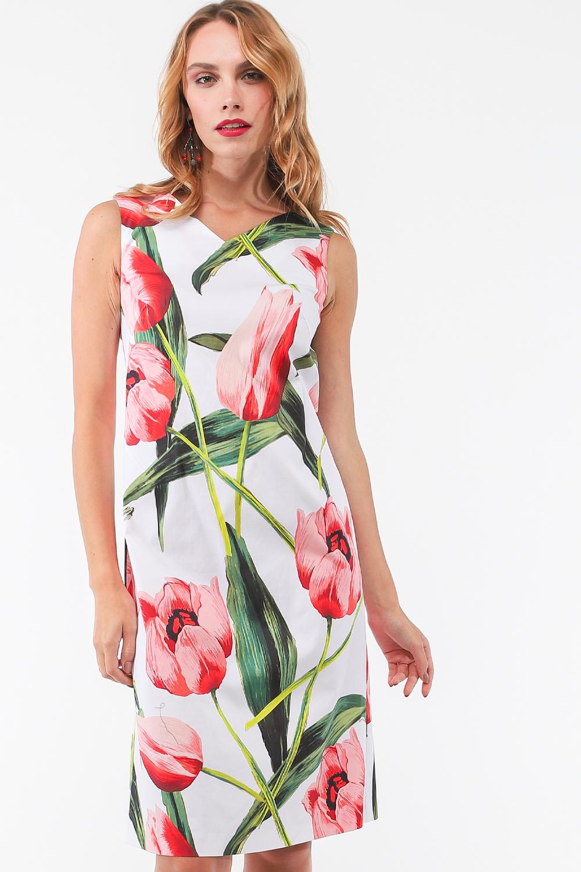 Платье З460а-385 - Любое платье способно сделать образ более женственным. Но больше всего нежности придают девушке платья с большими цветами. Сейчас они актуальны, и представлены в широком выборе стилей и фасонов. Платье белого цвета  с яркими большими цветами, приталенное, длинной по колено, идеально садится по фигуре тк в составе ткани добавлен эластан. Платье выполнено из хлопчатобумажной ткани – одной из самых приятных, лёгких, дышащих натуральных тканей.Платье с цветочным принтом — великолепный лук для создания лёгких и женственных и в то же время стильных летних образов.
