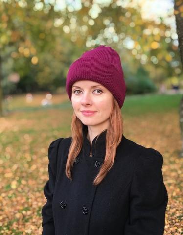 Малиновая зимняя объемная шапочка бини с отворотом