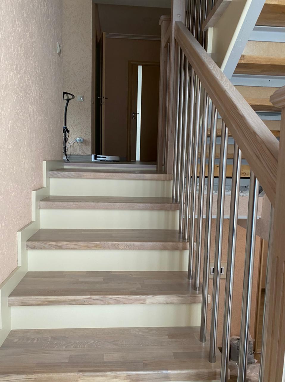 Лестница из массива дуба паркетной склейки
