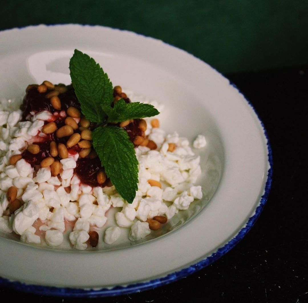 Зернёный творог со сливками, джемом и кедровыми орехами