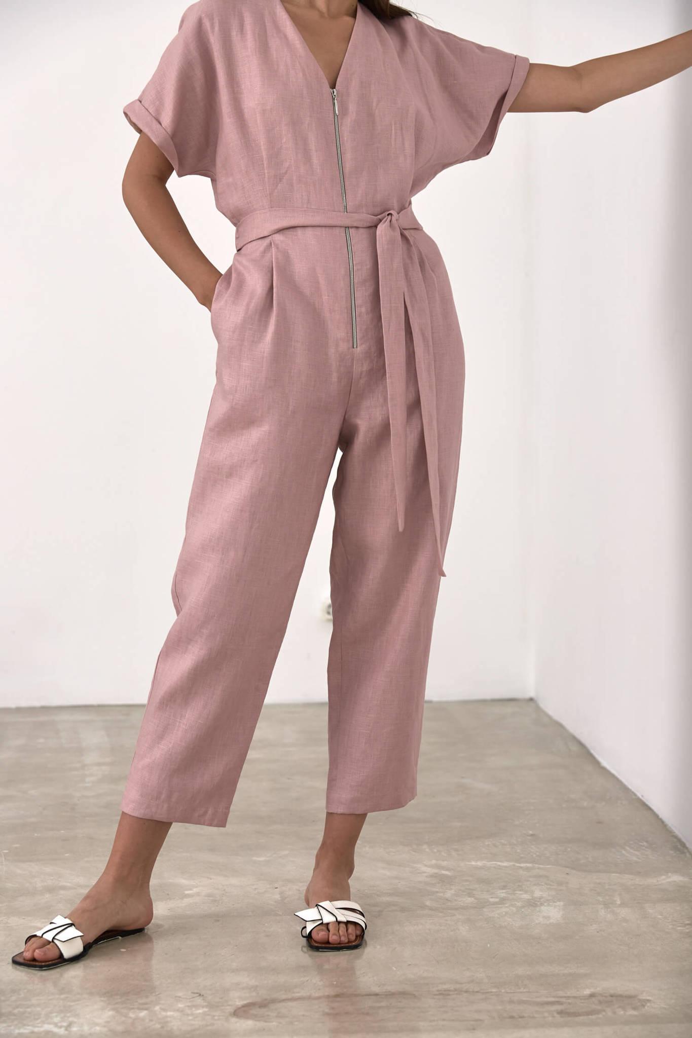 Комбинезон с укороченным рукавом приталенный, лен розовая пудра