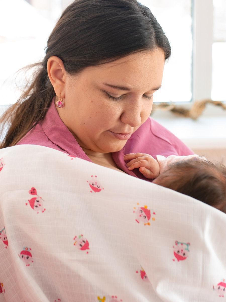 Имиджевое фото мамы с муслиновым одеялом для новорожденных и детей Adam Stork лимитированной коллекции с малышариками