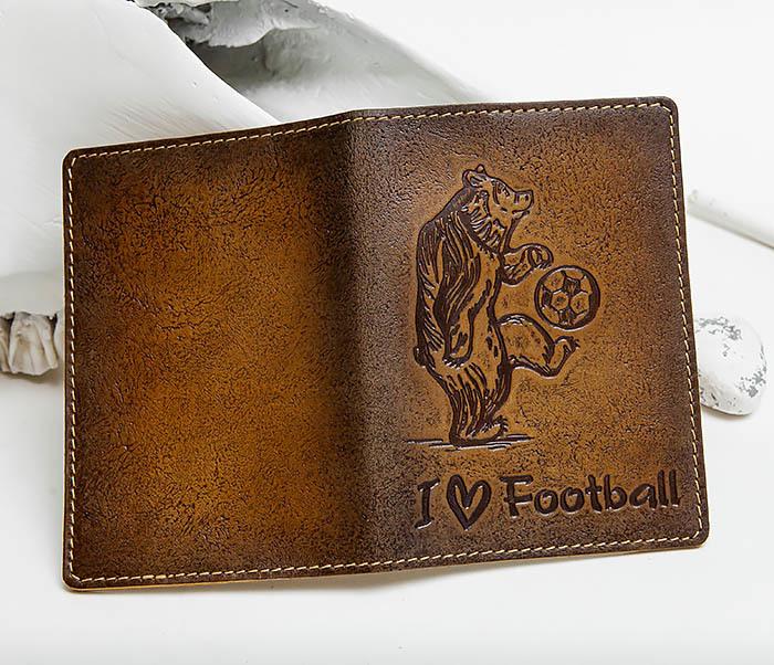 BY144105 Прикольная обложка на паспорт с медведем «I Love Football» фото 03