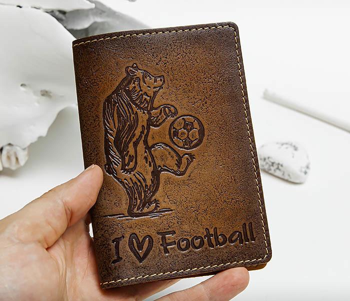 BY144105 Прикольная обложка на паспорт с медведем «I Love Football» фото 04