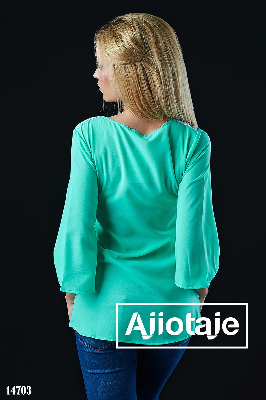 Блузка мятного цвета с ромашками