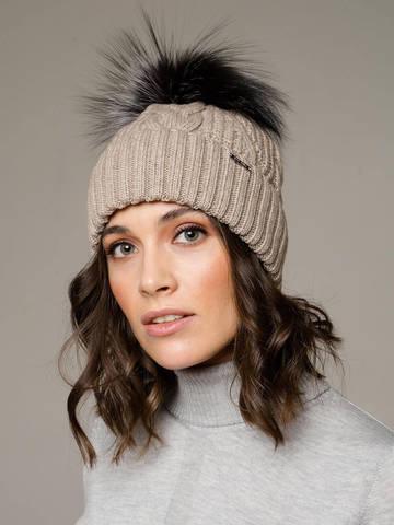 Женская шапка с фактурными косами и мехом - фото 1