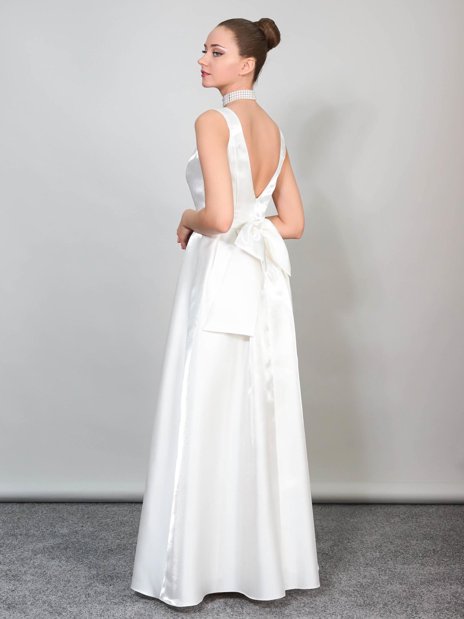 Свадебное платье в блестящем ткани и открытой спиной (белый)