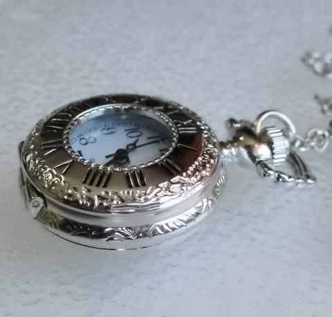 Часы на цепочке (цвет - платина) 36х27 мм ()
