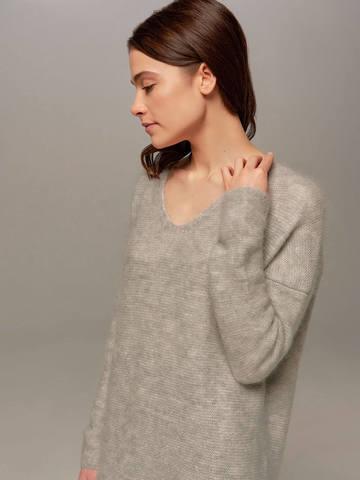 Женский удлиненный джемпер светло-серого цвета с V-образным вырезом - фото 2