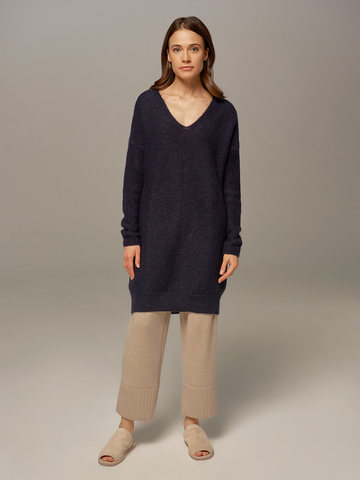 Женский удлиненный джемпер темно-синего цвета с V-образным вырезом  - фото 3