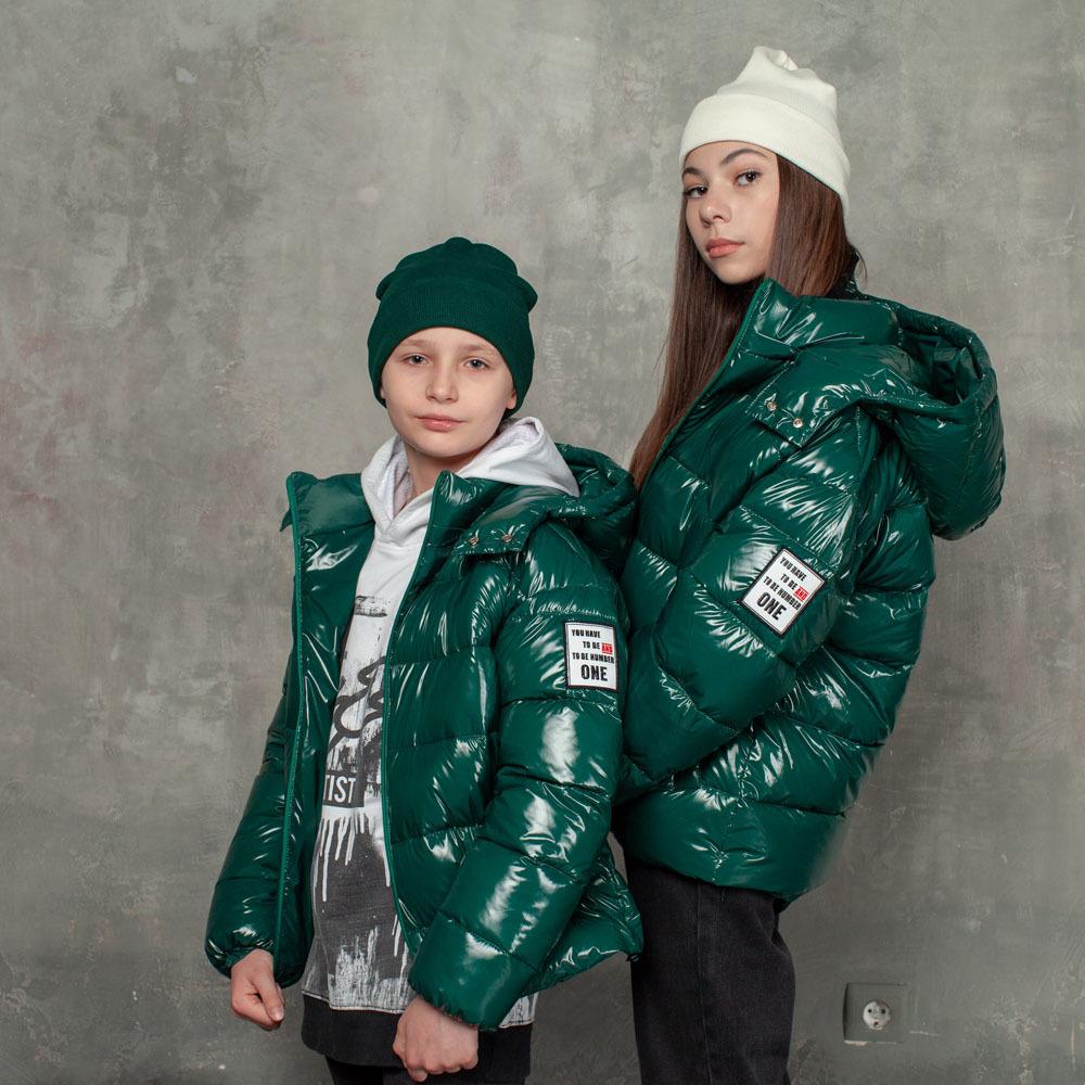 Демісезонна зелена куртка на підлітка з лакової плащової тканини