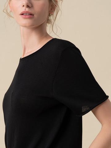 Женский шелковый джемпер черного цвета с укороченным рукавом - фото 3