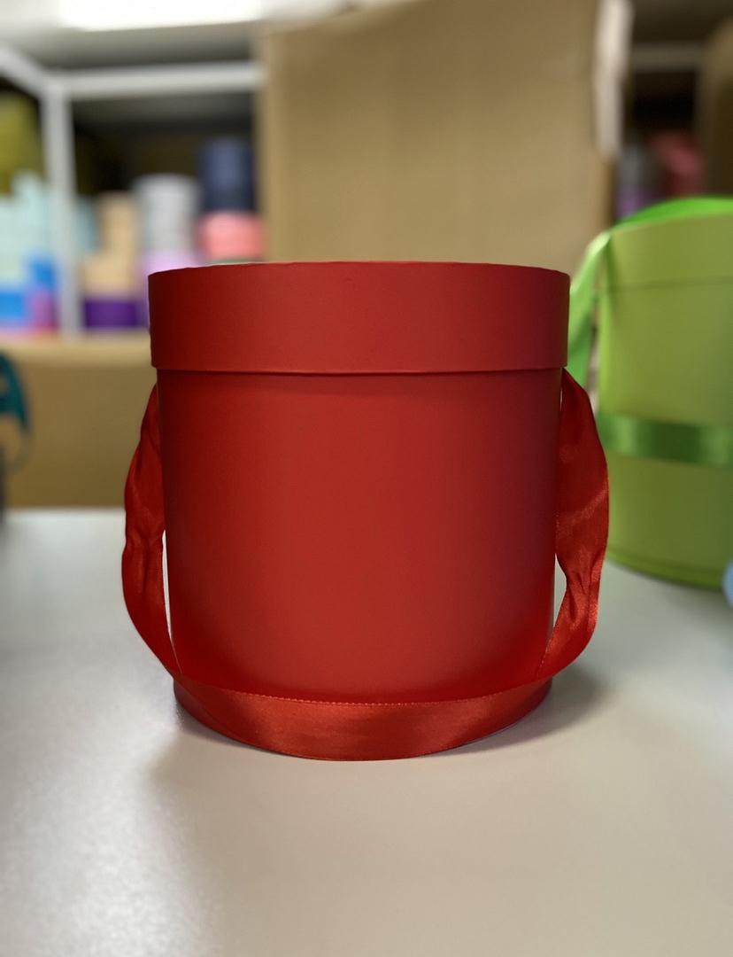 Шляпная коробка эконом вариант 18 см . Цвет: Красный  . Розница 350  рублей .