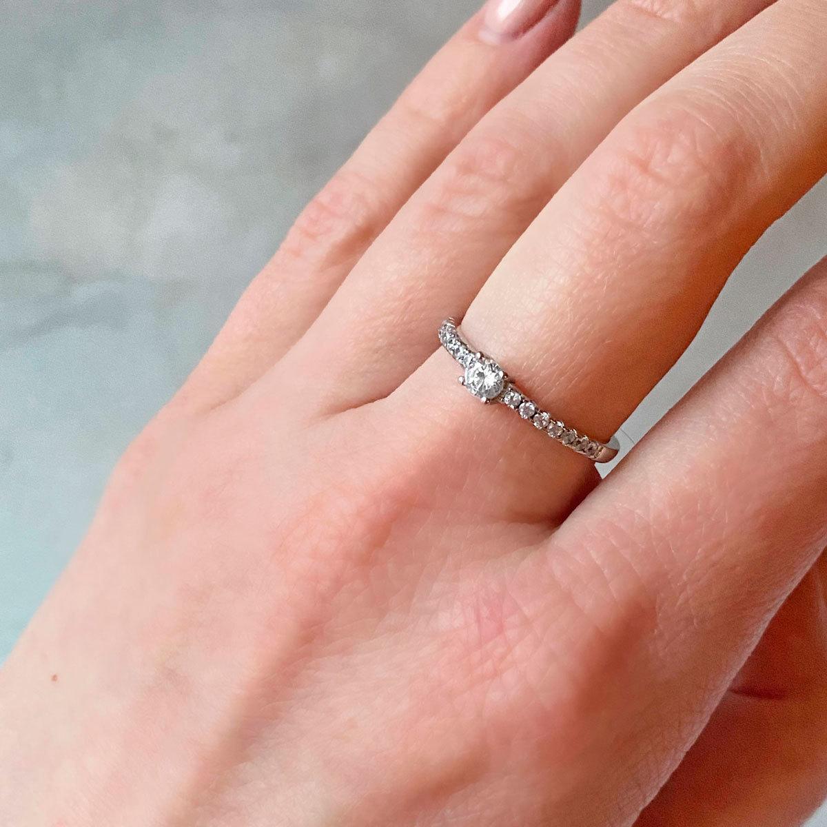 Кольцо с цирконом и дорожкой (серебро 925)
