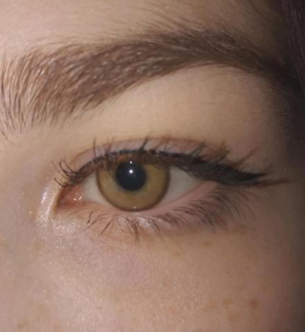 Медовые линзы на серо зеленых глазах