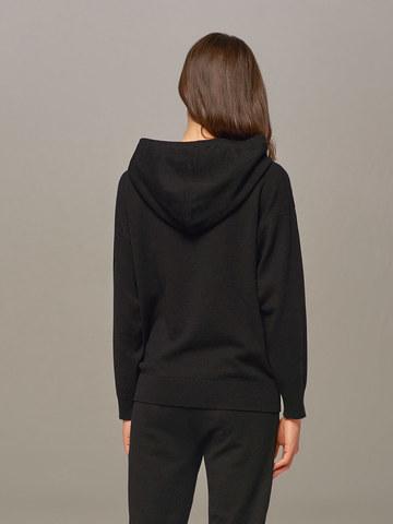 Женский джемпер черного цвета с капюшоном - фото 2