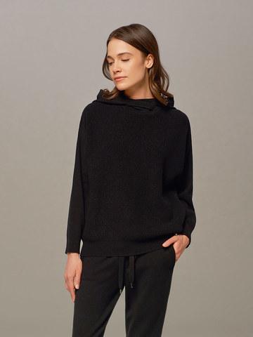 Женский джемпер черного цвета с капюшоном - фото 1