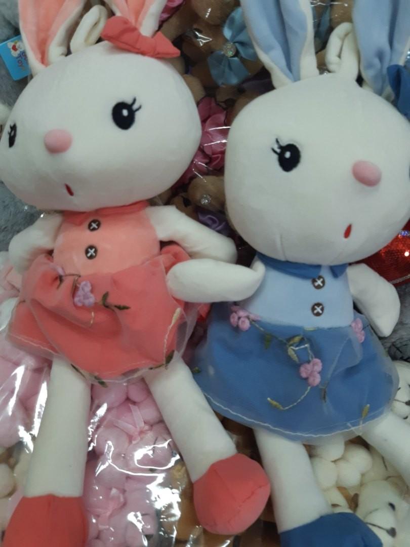 Два мягких зайчонка в разноцветных одёжках