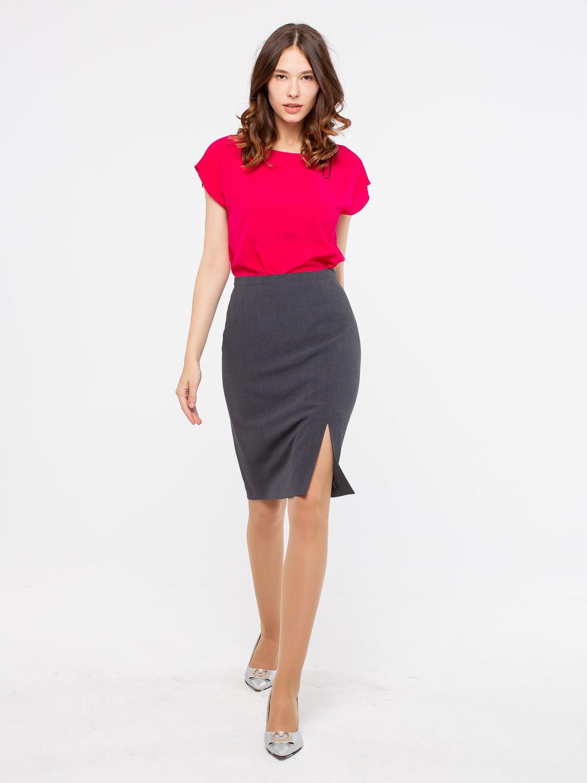 Юбка Б054-567 - Классическая прямая юбка из костюмной ткани с эффектным разрезом на уровне левого колена. Застежка - молния. Модель полностью соответствует офисному дресс-коду.