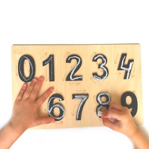 Цифры с направлением на планшете Сенсорика