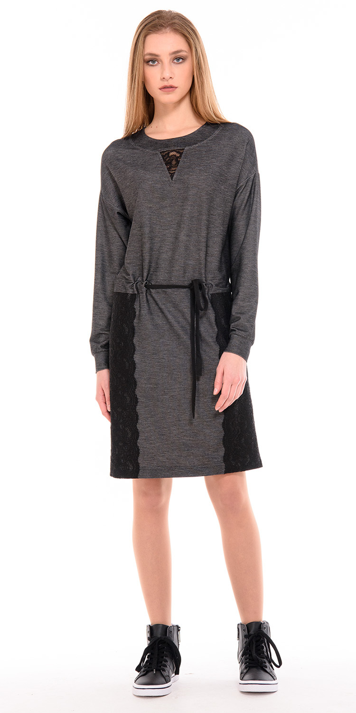Платье З235-646 - Стильное платье в спортивном стиле, отделанное черным кружевом. В составе ткани 50% натуральной вискозы, что делает платье комфортным и теплым. Модель декорирована кулиской и поясом, который позволяет регулировать обхват талии. Платье подойдет для спортивных девушек, которые любят свободу движений и комфорт.