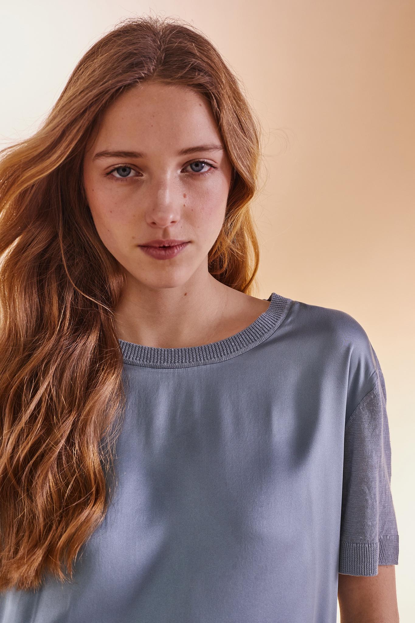 Пуловер и двух материалов