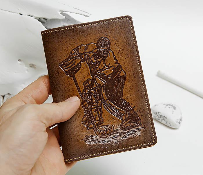 BY143804 Кожанная обложка для паспорта с вратарем хоккейной команды фото 04