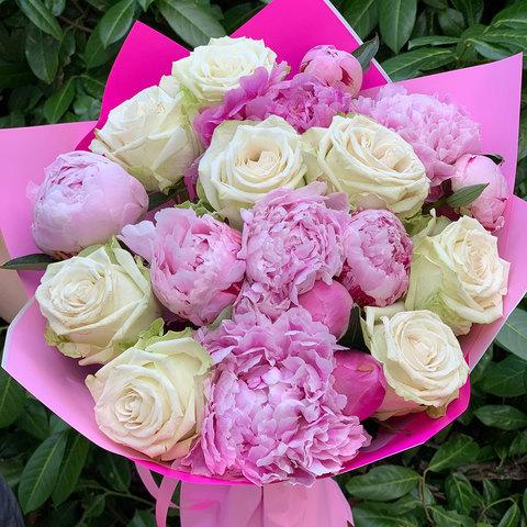 Букет из розовых пионов и белых роз