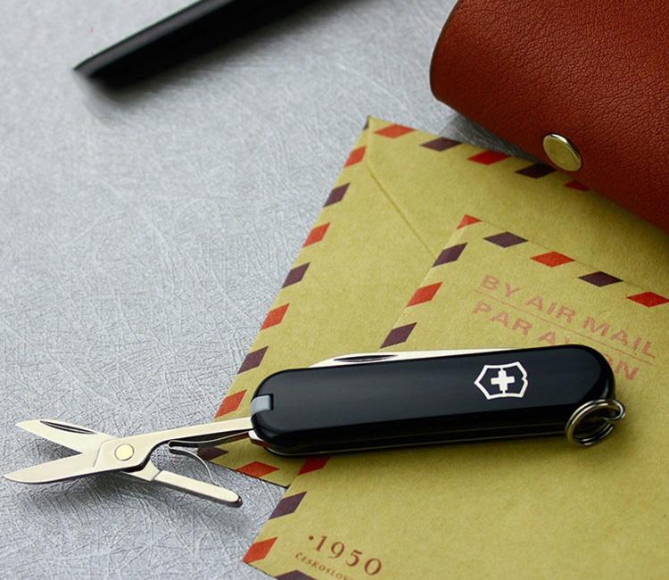 Нож-брелок Victorinox Classic Black (0.6223.3) 7 функций, 58 мм. в сложенном виде, цвет чёрный | Wenger-Victorinox.Ru