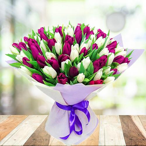Букет из белых и фиолетовых, пурпурных тюльпанов. Купить Пермь 101шт