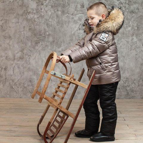 Детский зимний костюм с натуральной опушкой в бежевом цвете для мальчика