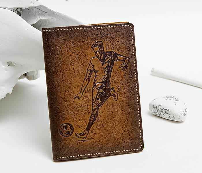 BY144102 Кожаная обложка для паспорта с изображением футболиста