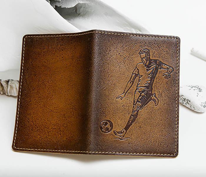 BY144102 Кожаная обложка для паспорта с изображением футболиста фото 03