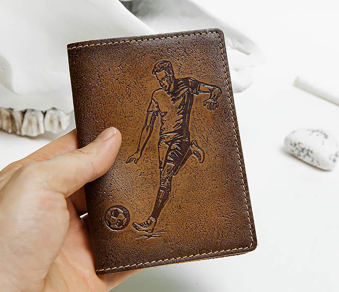 BY144102 Кожаная обложка для паспорта с изображением футболиста фото 04