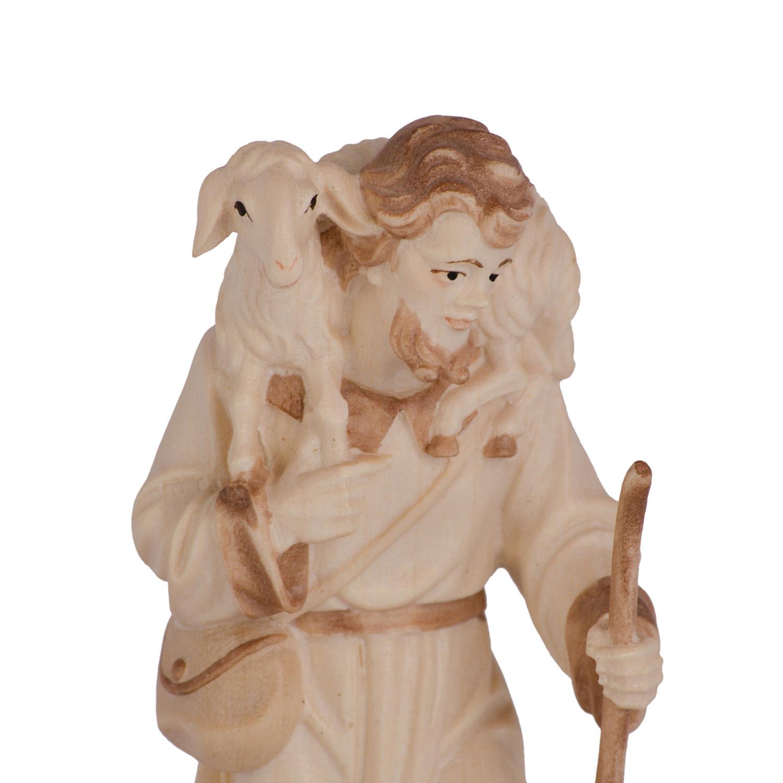 Пастух с овечкой на плечах