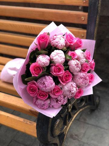 Букет из пионов и розовых роз