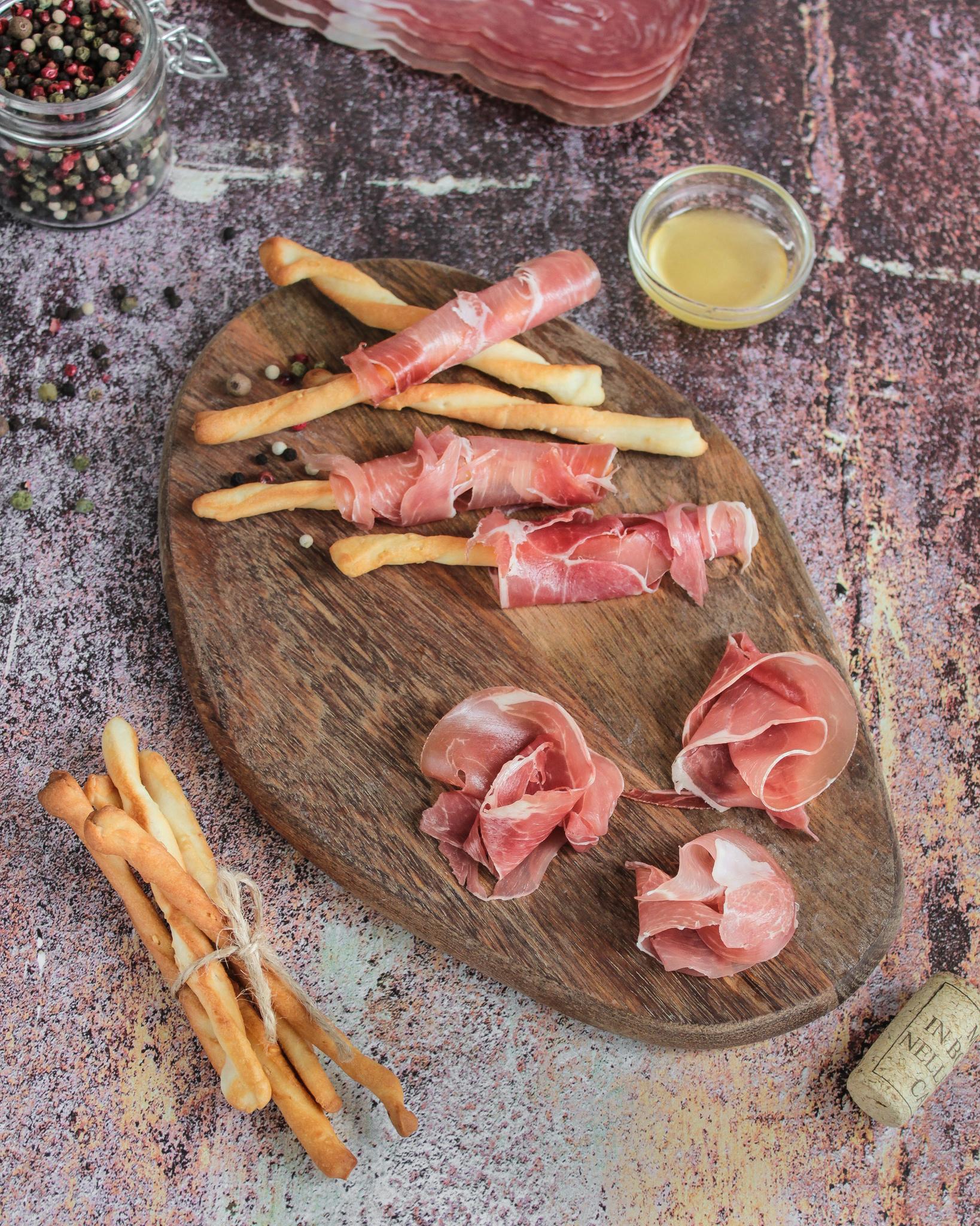 Окорок свиной сыровяленый в нарезке, 100гр