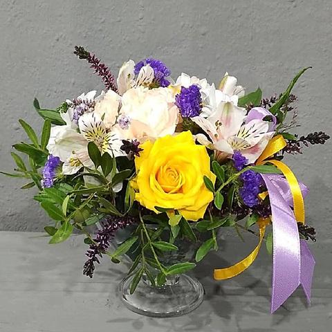 Желтые и белые розы с альстромериями в бокале