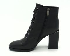 Черные кожаные ботильоны на трапецевидном каблуке со шнуровкой