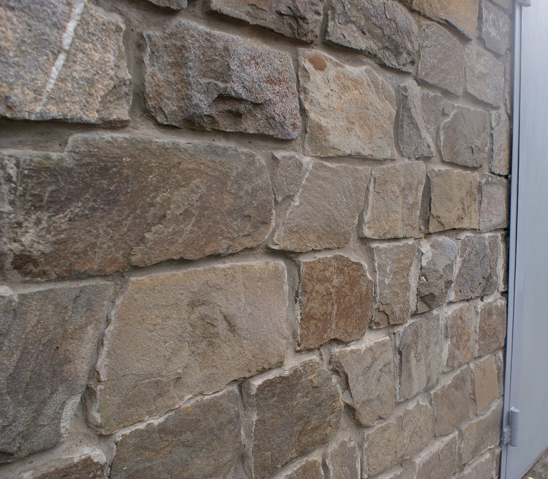 стена из серого бутового камня