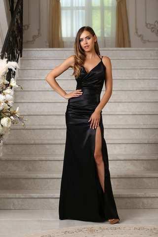 Вечернее атласное платье с бретелями и разрезом, черное